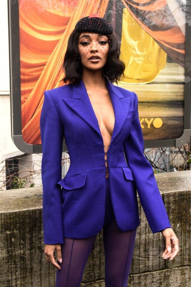 Siêu mẫu Jourdan Dunn diện áo lấp ló vòng một - 3