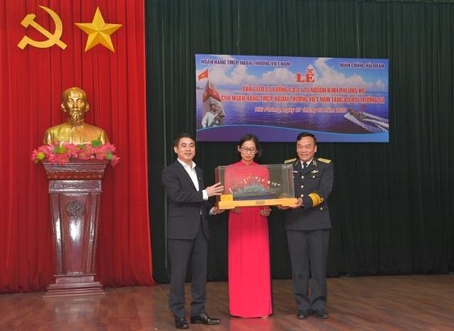 Vietcombank bàn giao 3 xuồng CQ-01 tặng bộ đội Trường Sa - 6