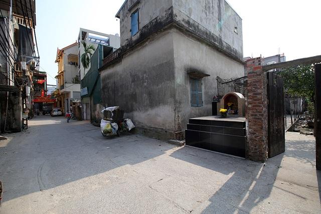 Nhà của người chết len giữa nhà người sống trên mặt đường Hà Nội - 1