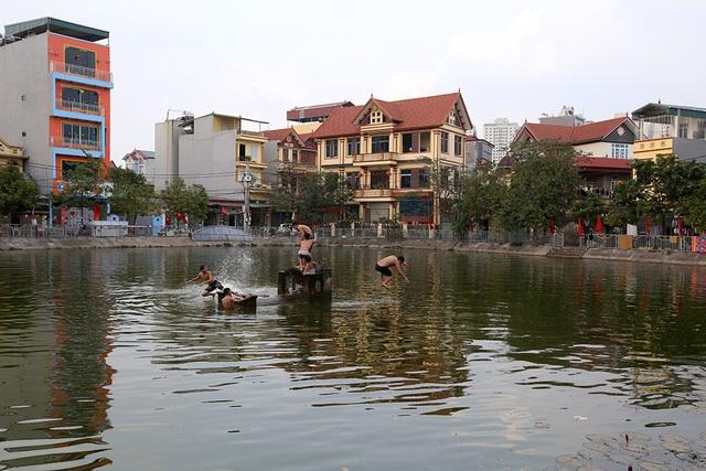 Nhà của người chết len giữa nhà người sống trên mặt đường Hà Nội - 12