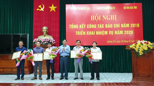 Phóng viên Báo Dân trí được UBND tỉnh Quảng Trị tặng Bằng khen - 1