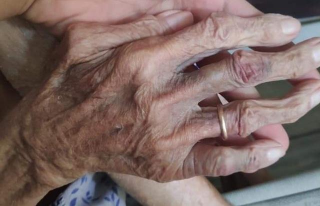 Tạm giữ đôi vợ chồng bạo hành mẹ già gần 90 tuổi - 1