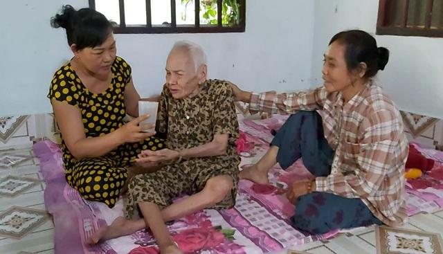 Đôi vợ chồng hành hạ mẹ già 88 tuổi khai gì với công an? - 1