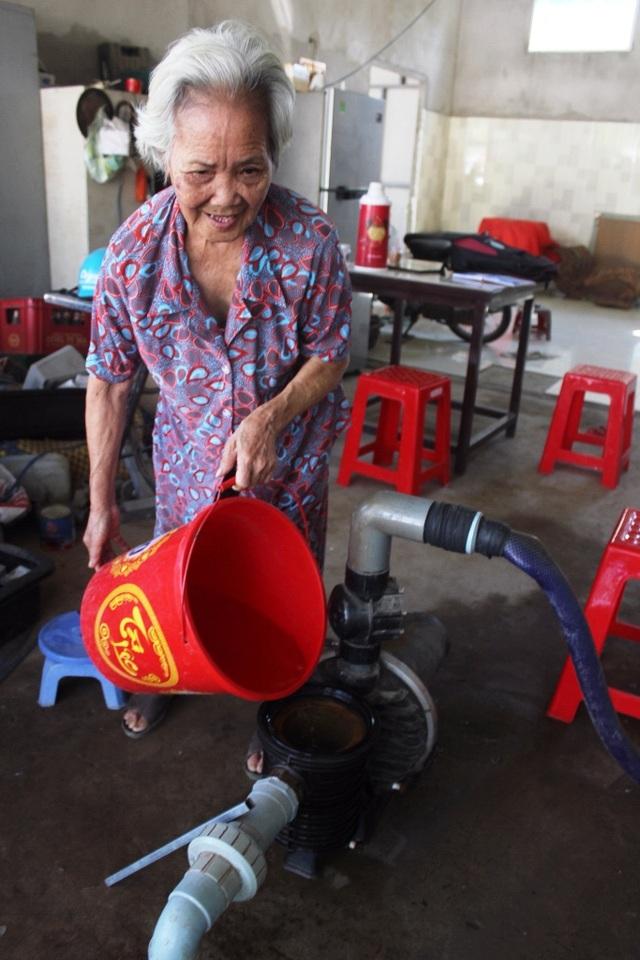 Bà lão cho không hàng trăm nghìn lít nước ngọt quý giá mùa hạn mặn - 4