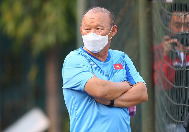 HLV Park Hang Seo đứng từ xa cổ vũ đội tuyển nữ Việt Nam - 14
