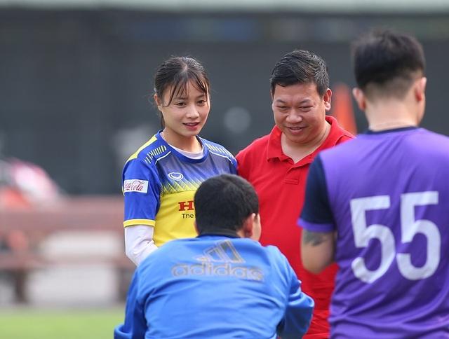 HLV Park Hang Seo đứng từ xa cổ vũ đội tuyển nữ Việt Nam - 8