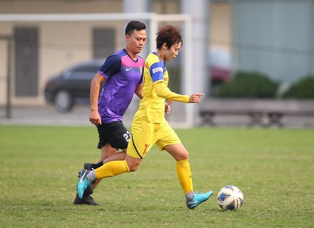 HLV Park Hang Seo đứng từ xa cổ vũ đội tuyển nữ Việt Nam - 6