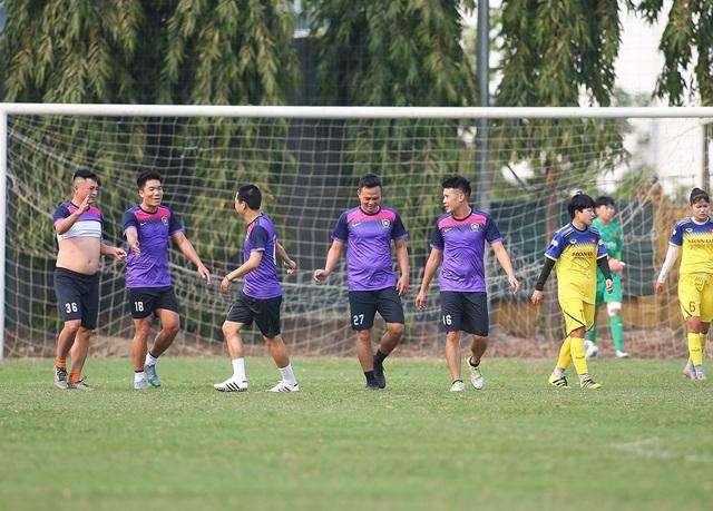 HLV Park Hang Seo đứng từ xa cổ vũ đội tuyển nữ Việt Nam - 1