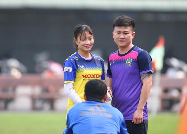 HLV Park Hang Seo đứng từ xa cổ vũ đội tuyển nữ Việt Nam - 4