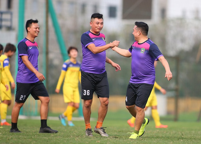 HLV Park Hang Seo đứng từ xa cổ vũ đội tuyển nữ Việt Nam - 7