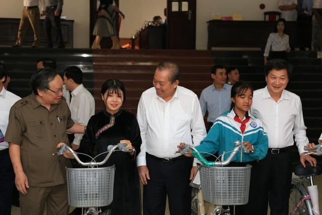 Phó Thủ tướng Trương Hòa Bình tặng quà học sinh và quỹ khuyến học Đắk Nông - 1