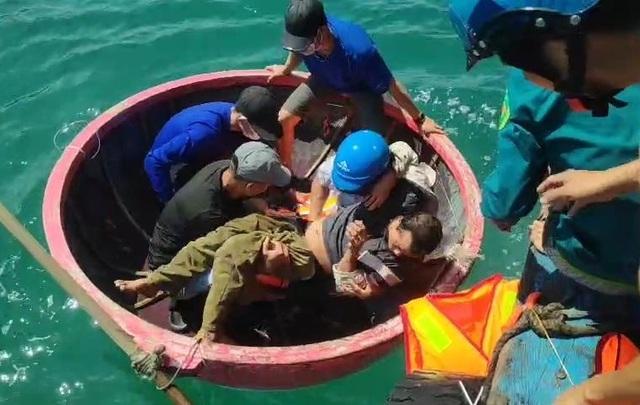 Quảng Ngãi:  Cứu sống ngư dân trôi dạt suốt đêm trên biển - 1