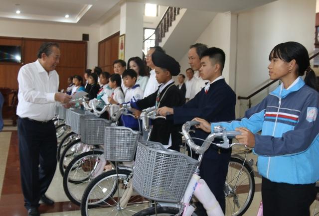 Phó Thủ tướng Trương Hòa Bình tặng quà học sinh và quỹ khuyến học Đắk Nông - 2