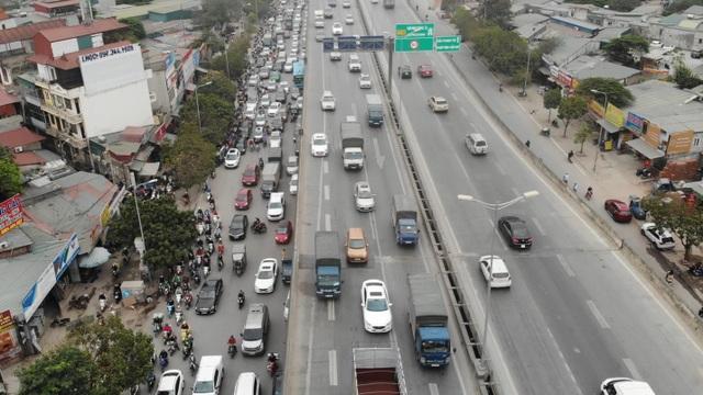 Đoàn xe băng băng đi ngược đường Hà Nội phản ứng bất ngờ khi gặp CSGT - 1