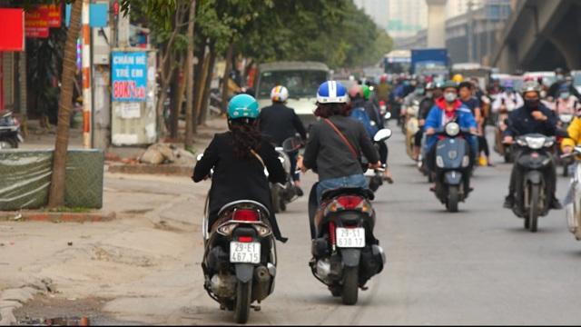 Đoàn xe băng băng đi ngược đường Hà Nội phản ứng bất ngờ khi gặp CSGT - 2