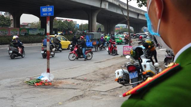 Đoàn xe băng băng đi ngược đường Hà Nội phản ứng bất ngờ khi gặp CSGT - 4