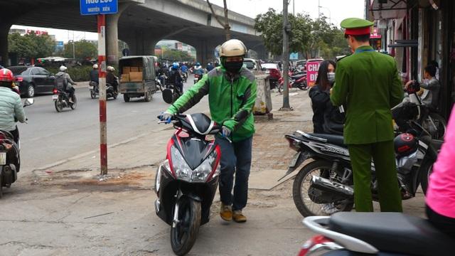 Đoàn xe băng băng đi ngược đường Hà Nội phản ứng bất ngờ khi gặp CSGT - 5