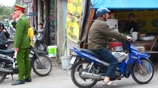 Đoàn xe băng băng đi ngược đường Hà Nội phản ứng bất ngờ khi gặp CSGT - 6