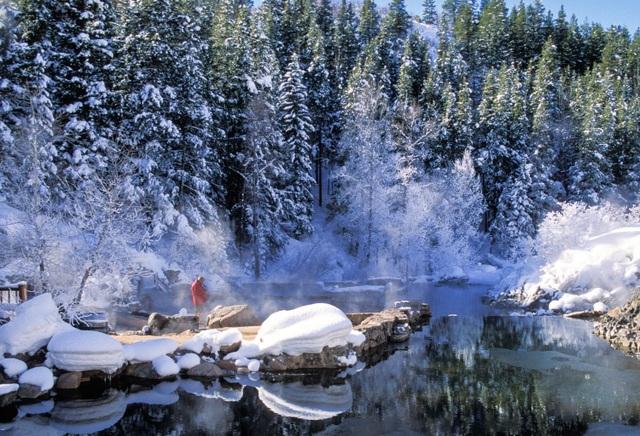 Suối nước nóng cho phép du khách tắm khỏa thân vào buổi tối - 1