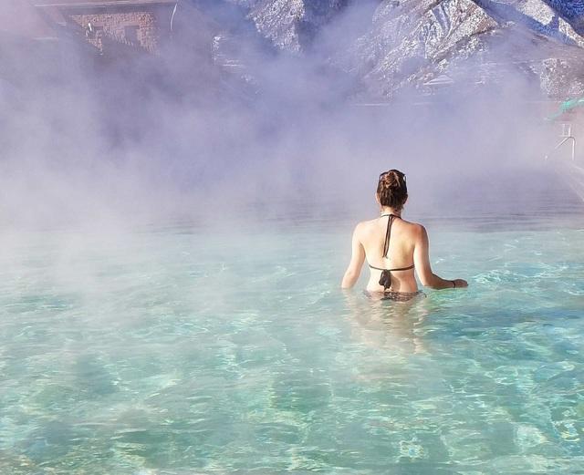 Suối nước nóng cho phép du khách tắm khỏa thân vào buổi tối - 3