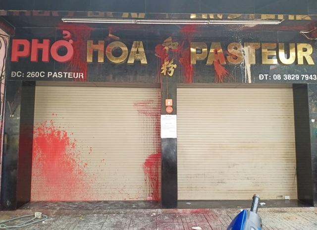 7 người bị truy tố trong vụ quán phở Hòa Pasteur bị tạt sơn - 1