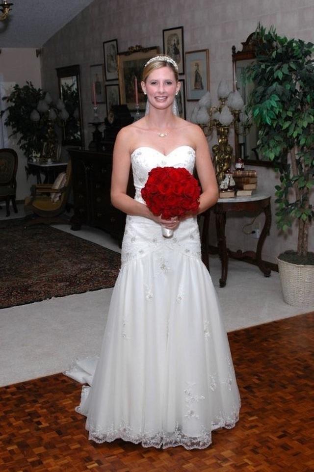 """""""Xúc động"""" người mẹ quyên tặng váy cưới của con gái mất vì ung thư - 1"""
