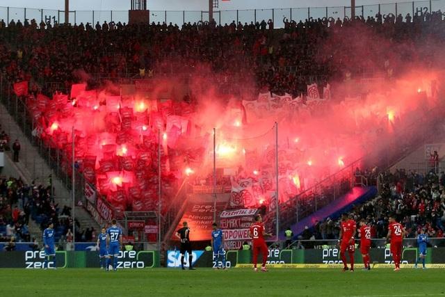 Phản đối CĐV, Bayern Munich và đối thủ nghỉ đá, đứng nói chuyện - 3
