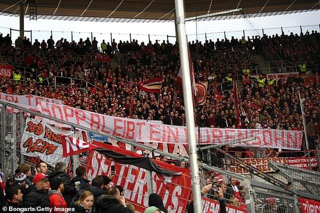 Phản đối CĐV, Bayern Munich và đối thủ nghỉ đá, đứng nói chuyện - 2