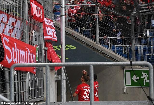 Phản đối CĐV, Bayern Munich và đối thủ nghỉ đá, đứng nói chuyện - 5