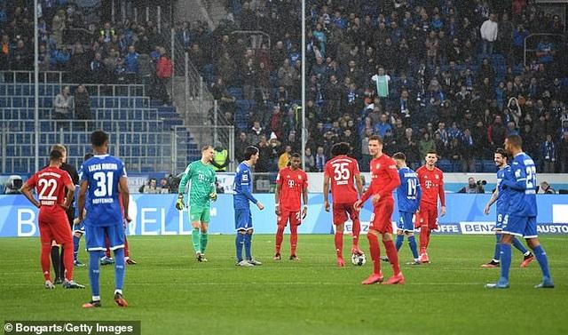 Phản đối CĐV, Bayern Munich và đối thủ nghỉ đá, đứng nói chuyện - 1