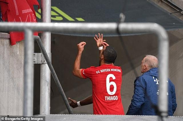 Phản đối CĐV, Bayern Munich và đối thủ nghỉ đá, đứng nói chuyện - 6