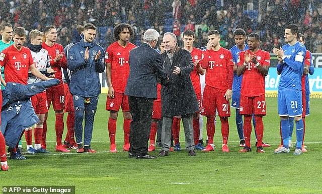 Phản đối CĐV, Bayern Munich và đối thủ nghỉ đá, đứng nói chuyện - 7