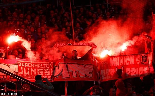 Phản đối CĐV, Bayern Munich và đối thủ nghỉ đá, đứng nói chuyện - 4