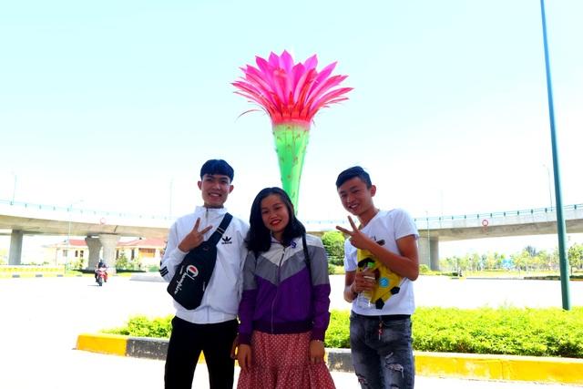 Giới trẻ thích thú check-in cầu vượt biểu tượng hoa xương rồng - 4