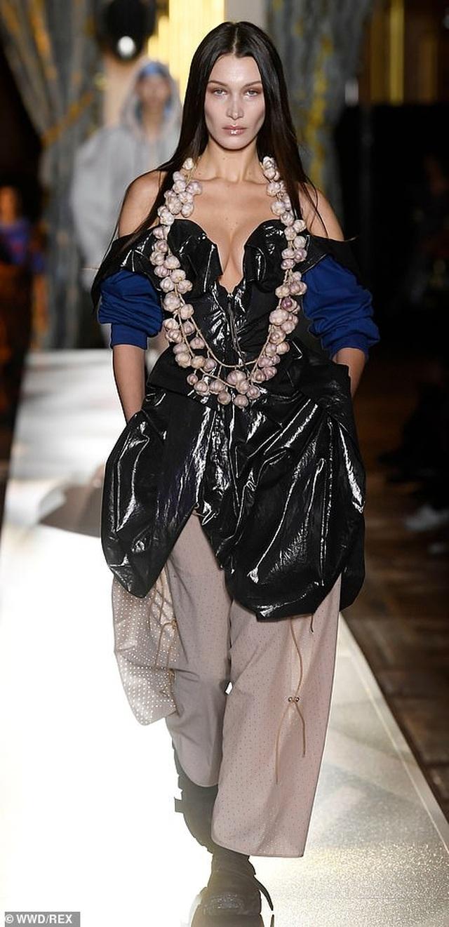 Bella Hadid mặc váy ren hở bạo trên sàn catwalk - 4