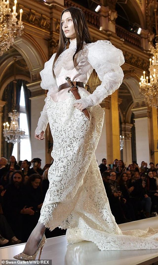 Bella Hadid mặc váy ren hở bạo trên sàn catwalk - 1