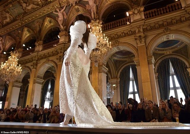 Bella Hadid mặc váy ren hở bạo trên sàn catwalk - 2