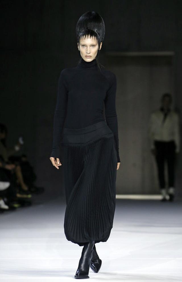 Bella Hadid mặc váy ren hở bạo trên sàn catwalk - 7