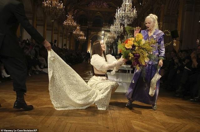 Bella Hadid mặc váy ren hở bạo trên sàn catwalk - 6