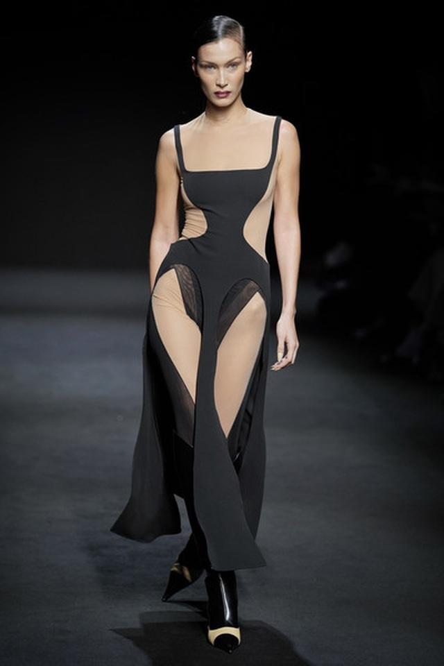 Bella Hadid mặc váy ren hở bạo trên sàn catwalk - 9
