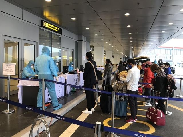 Chuyến bay đầu tiên chở 221 người Việt từ Hàn Quốc hạ cánh xuống Vân Đồn - 5