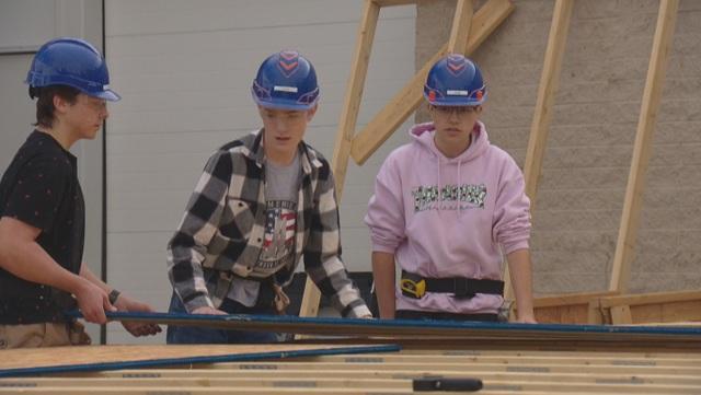 Mỹ: Học sinh trung học tham gia dựng nhà cho các gia đình nghèo - 1