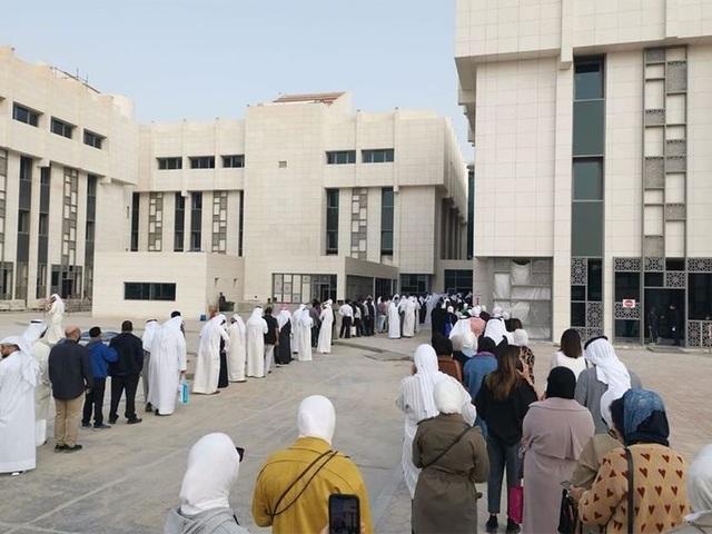 Kuwait có 46 người nhiễm corona, nhân viên chính phủ xếp hàng kiểm tra y tế - 1