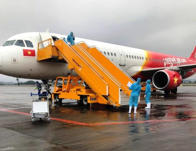 Chuyến bay đầu tiên chở 221 người Việt từ Hàn Quốc hạ cánh xuống Vân Đồn - 1