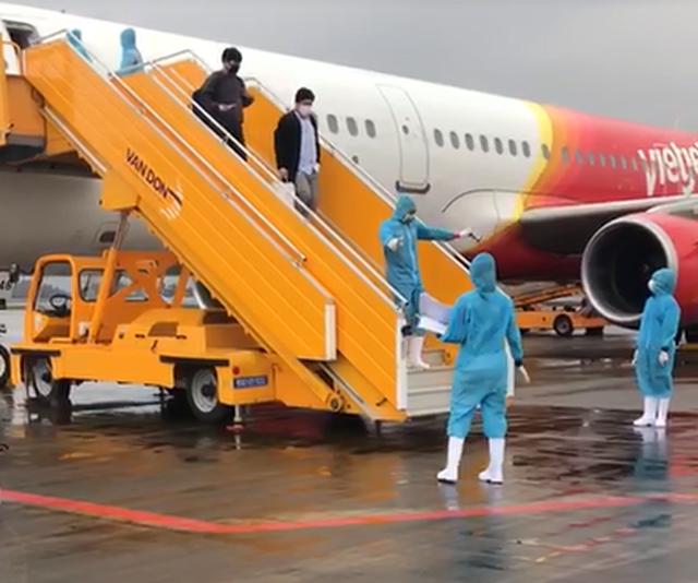 Chuyến bay đầu tiên chở 221 người Việt từ Hàn Quốc hạ cánh xuống Vân Đồn - 2