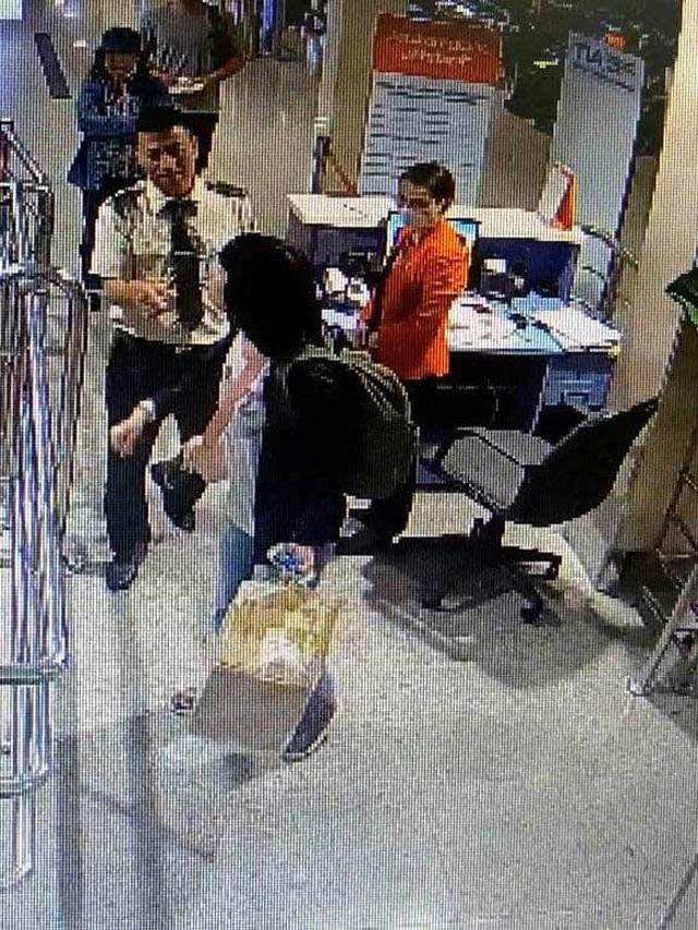 Nữ hành khách lao vào cắn nhân viên hàng không vì bị phát hiện đem quá cân - 1