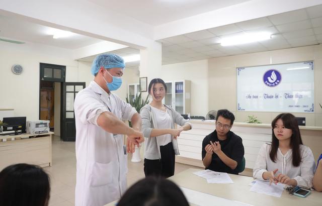 ĐH Quốc gia Hà Nội khử khuẩn phòng học đón SV trở lại trường ngày 2/3 - 5