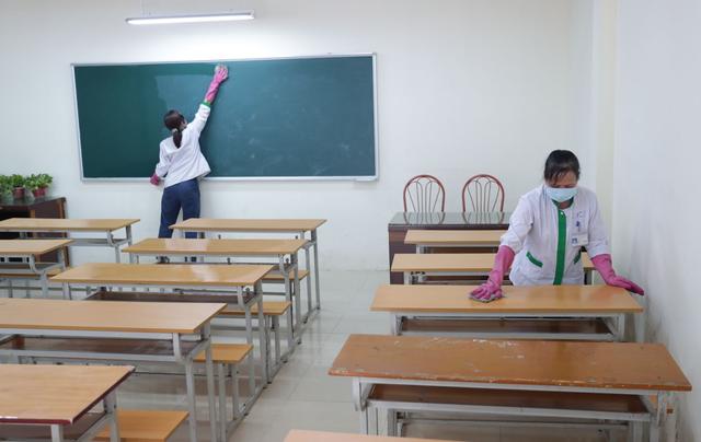 ĐH Quốc gia Hà Nội khử khuẩn phòng học đón SV trở lại trường ngày 2/3 - 4