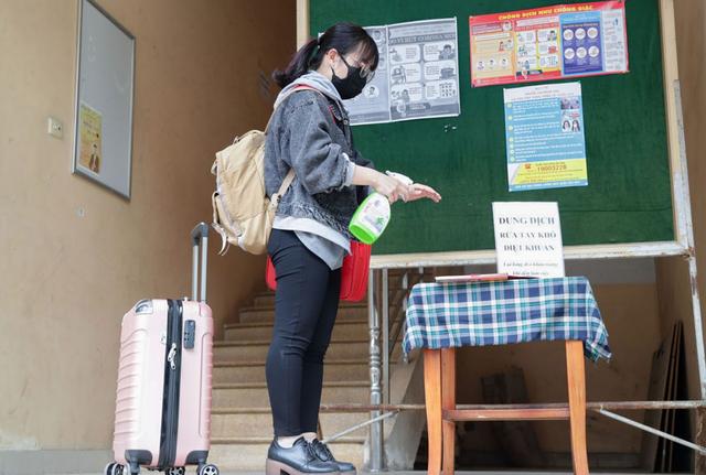 ĐH Quốc gia Hà Nội khử khuẩn phòng học đón SV trở lại trường ngày 2/3 - 1