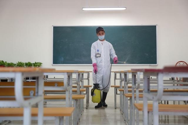 ĐH Quốc gia Hà Nội khử khuẩn phòng học đón SV trở lại trường ngày 2/3 - 2